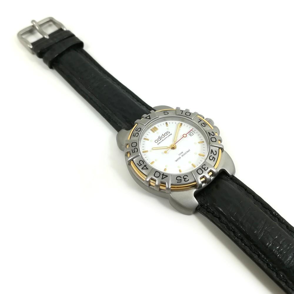 Relógio Adidas preto logo dourado